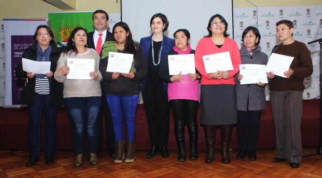 Show musical y visita de Ministra Claudia Pascual marcaron certificación de mujeres del programa Jefas de Hogar en La Unión