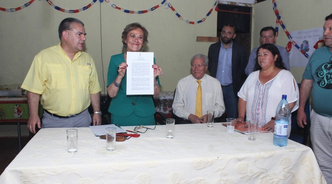 Alcaldesa Astudillo firma contrato que pone en marcha proyecto sanitario para Caupolicán Alto de La Unión