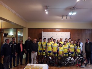 El alcalde Aldo Pinuer junto a los deportistas de nuestra comuna